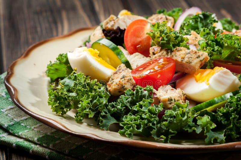 Download Salada Fresca Com Galinha, Tomates, Ovos E Alface Na Placa Foto de Stock - Imagem de saudável, placa: 65575696