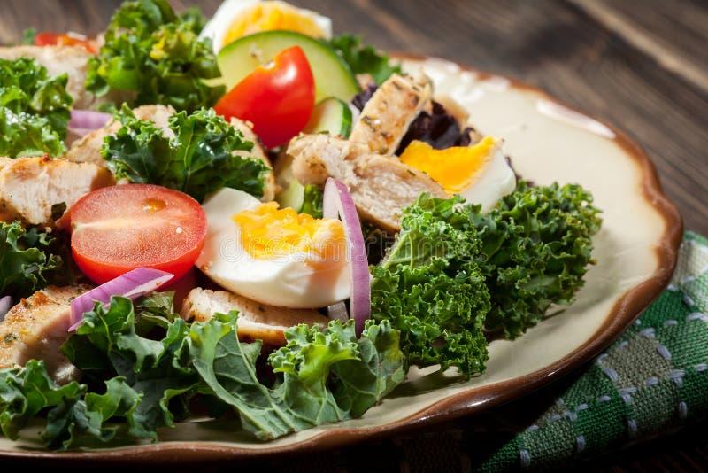 Download Salada Fresca Com Galinha, Tomates, Ovos E Alface Na Placa Imagem de Stock - Imagem de salad, faixa: 65575839