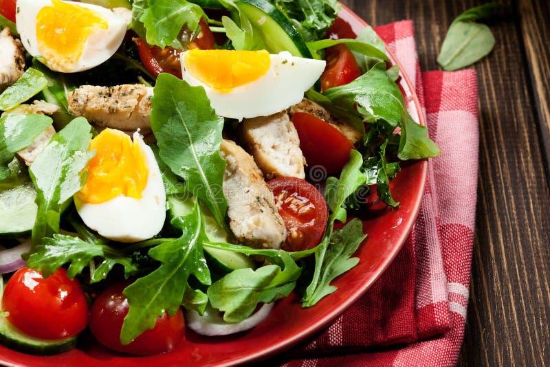 Download Salada Fresca Com Galinha, Tomates, Ovos E Rúcula Na Placa Imagem de Stock - Imagem de galinha, saudável: 65575791