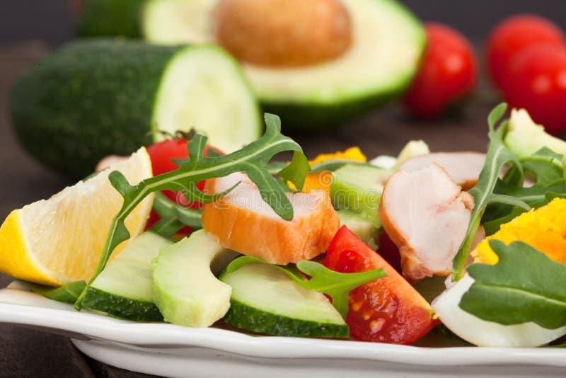 Salada fresca com galinha, tomates, rucola e abacate foto de stock royalty free