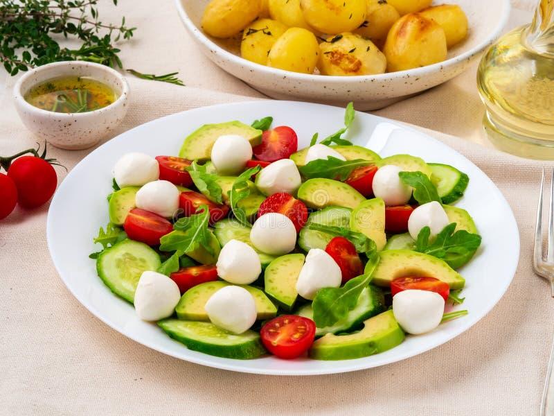 Salada fresca com a mussarela e o avoca da rúcula dos pepinos dos tomates imagem de stock