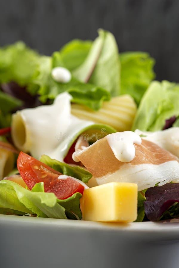 Salada fresca com ovos, presunto e queijo foto de stock