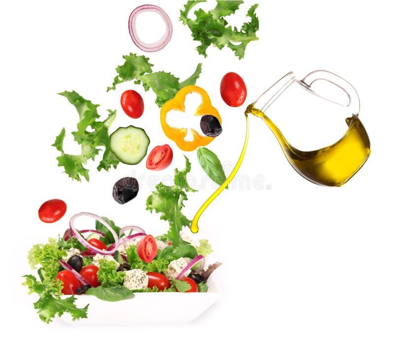 Salada fresca com petróleo verde-oliva derramado foto de stock royalty free