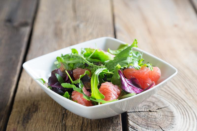 Salada fresca com polpa da toranja imagem de stock