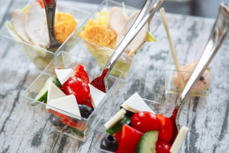 Salada fresca com queijo e tomate em um vidro catering fotografia de stock