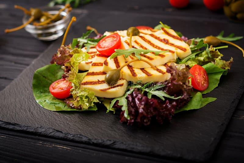 Salada fresca com queijo grelhado, tomates, alcaparras, alface imagem de stock