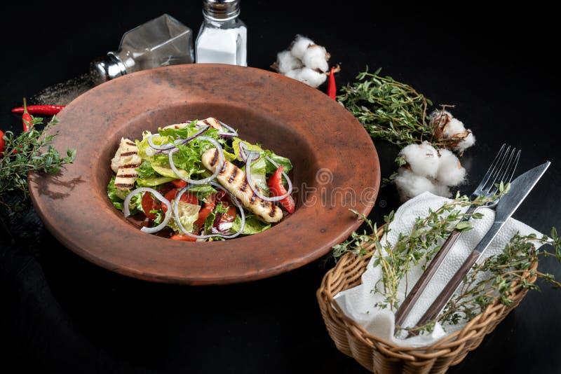 Salada fresca com queijo, os tomates, azeitonas, alface e o arugula-2 grelhados fotos de stock royalty free