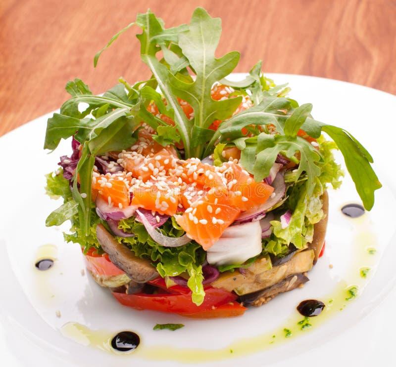 Salada fresca com salmões foto de stock