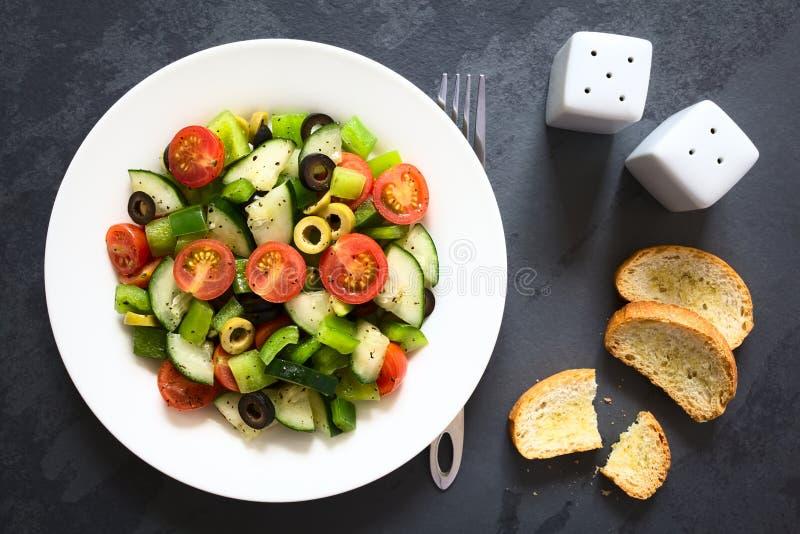 Salada fresca com tomate, pepino, pimenta, azeitona fotos de stock royalty free