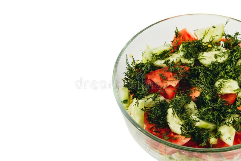 Salada fresca com tomates, pepinos, aneto em uma bacia no fundo branco fotos de stock