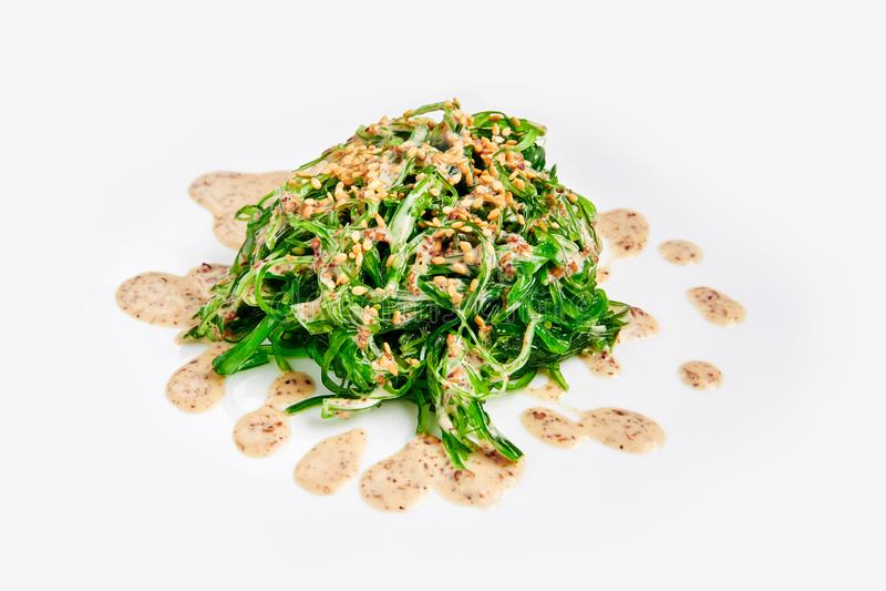 Salada fresca da alga do chuka isolada no branco Culinária japonesa imagem de stock royalty free