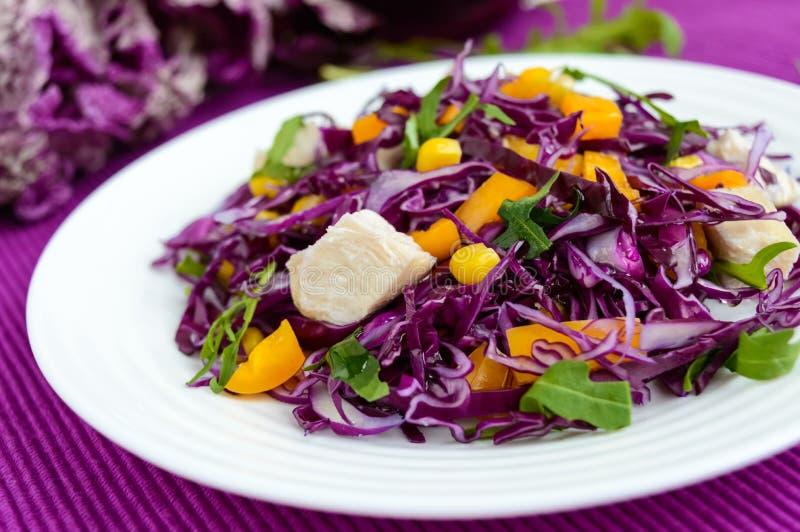 Salada fresca da aptidão da vitamina da couve vermelha, pimentas de sino, milho, rúcula Dietas do vegetariano imagem de stock