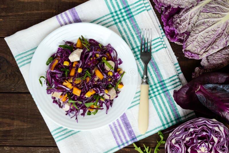 Salada fresca da aptidão da vitamina da couve vermelha, pimentas de sino, milho, rúcula Dietas do vegetariano foto de stock