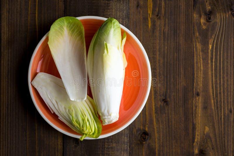 Salada fresca da chicória Alimento saudável orgânico da endívia crua fotografia de stock