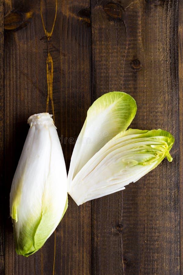 Salada fresca da chicória Alimento saudável orgânico da endívia crua fotos de stock
