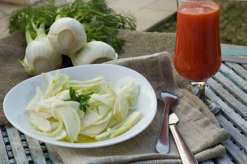 Salada fresca da erva-doce com suco, azeite e salsa de limão fotografia de stock