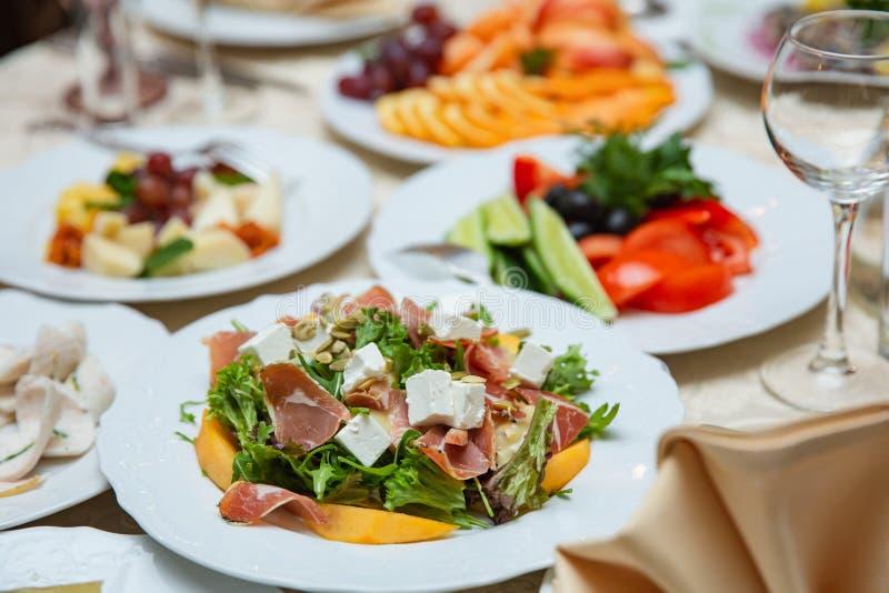 Salada fresca da mistura com presunto, feta e manga na placa branca ajuste da tabela do Chinês-estilo fotografia de stock