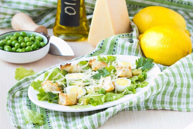 Salada fresca da mola com alface, ovos, queijo, pão torrado, verde imagem de stock