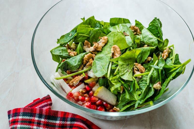 Salada fresca da noz com fatias da rom? e da pera na bacia de vidro Apronte para fazer imagens de stock royalty free