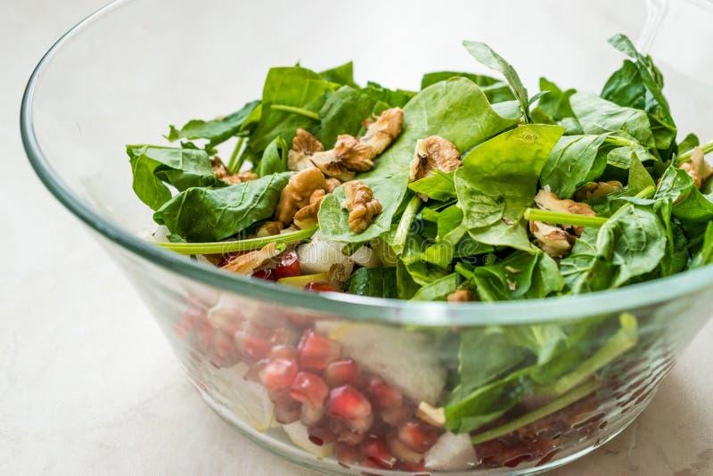 Salada fresca da noz com fatias da rom? e da pera na bacia de vidro Apronte para fazer foto de stock royalty free