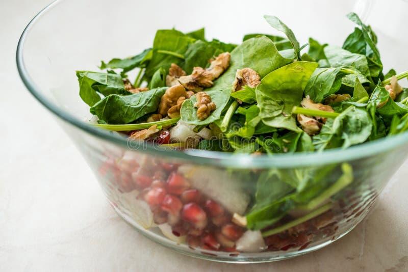 Salada fresca da noz com fatias da rom? e da pera na bacia de vidro Apronte para fazer imagem de stock royalty free