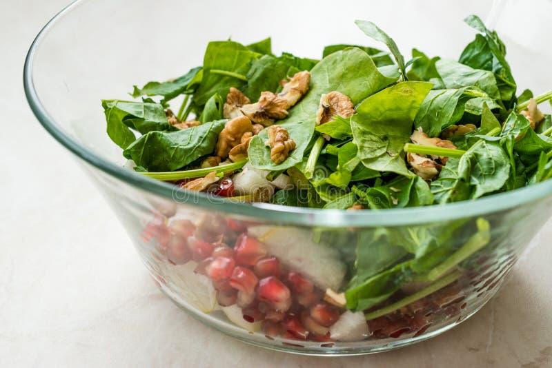 Salada fresca da noz com fatias da rom? e da pera na bacia de vidro Apronte para fazer imagem de stock