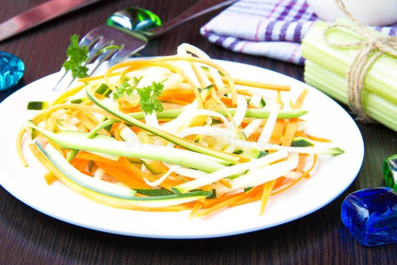 Salada fresca de tiras finas cortadas da cenoura e do abobrinha como o snac fotos de stock