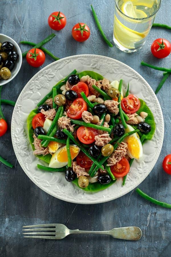 Salada fresca de Tuna Green Bean com ovos, tomates, feijões, azeitonas na placa branca Alimento saudável do conceito foto de stock