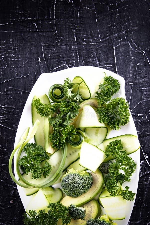 Salada fresca de vegetais orgânicos, pepinos, verdes, salsa imagem de stock