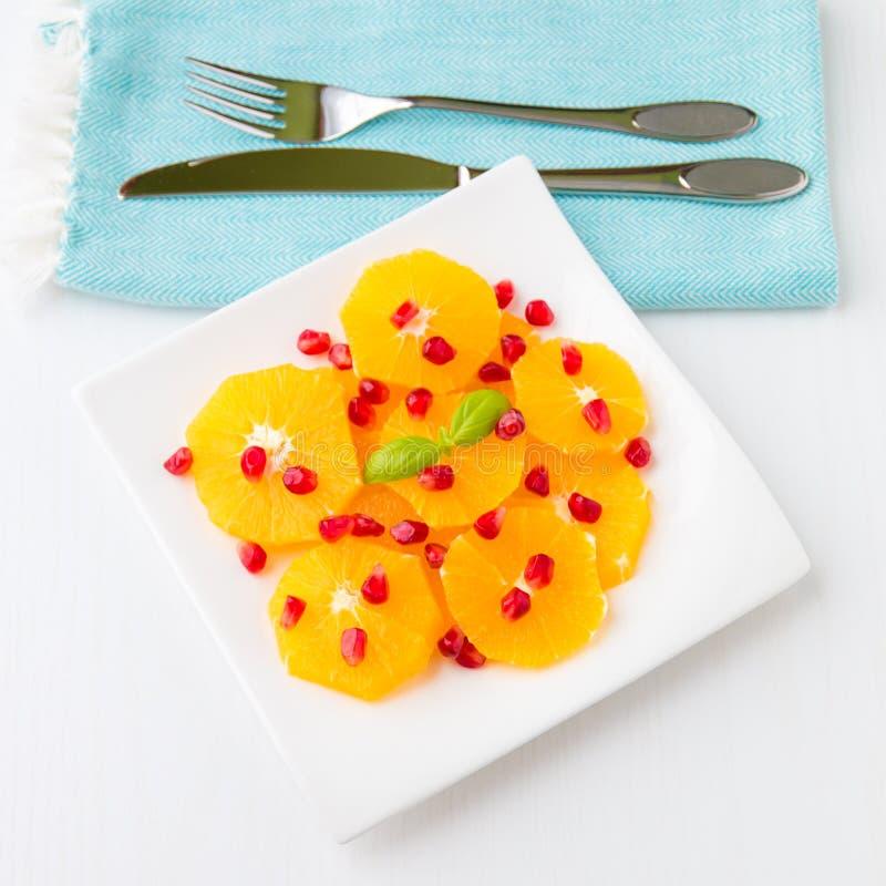 Salada fresca do citrino com laranjas e sementes da romã imagem de stock royalty free