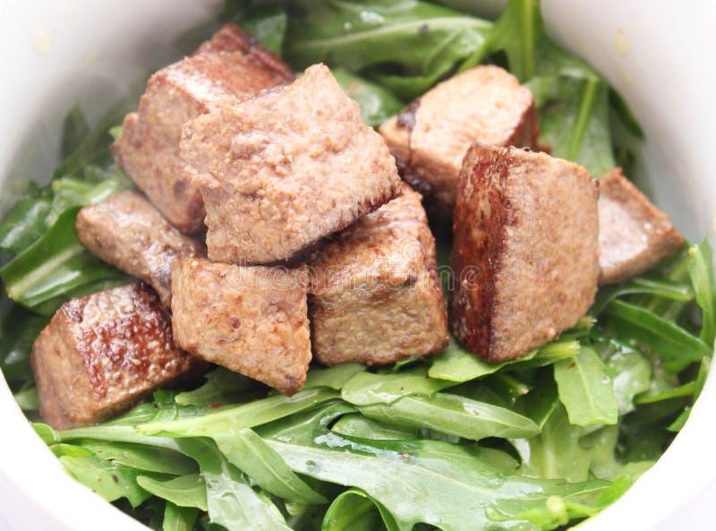 Salada fresca do foguete com fígado imagens de stock