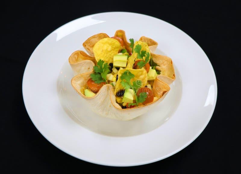 Salada friável da cesta da tortilha com feijões e abacate da mistura fotografia de stock royalty free