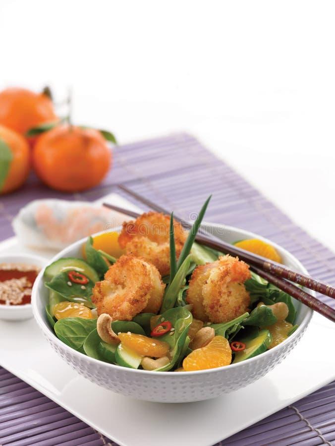 Salada fritada dos espinafres do camarão e do mandarino foto de stock royalty free