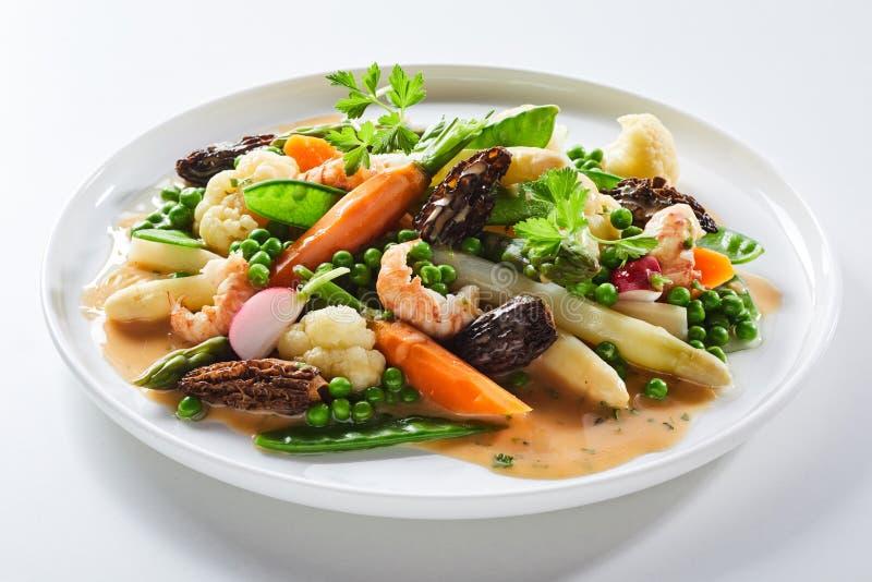 Salada gourmet com cogumelos e aspargo do morel fotografia de stock