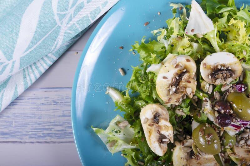Salada gourmet com sementes, molho do vinagrete, azeitonas e cogumelos Refeição saudável do verão fotos de stock