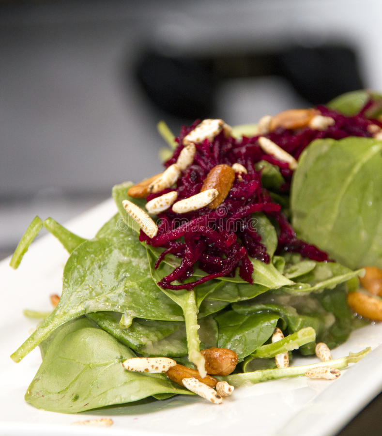 Salada gourmet dos espinafres com batidas vermelhas imagens de stock
