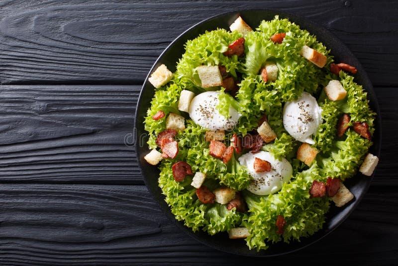 Salada gourmet Lyonnaise com alface, bacon friável, pão torrado e fotografia de stock royalty free