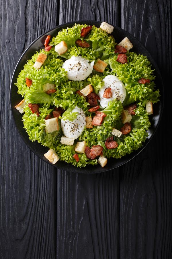 Salada gourmet Lyonnaise com alface, bacon friável, pão torrado e foto de stock royalty free
