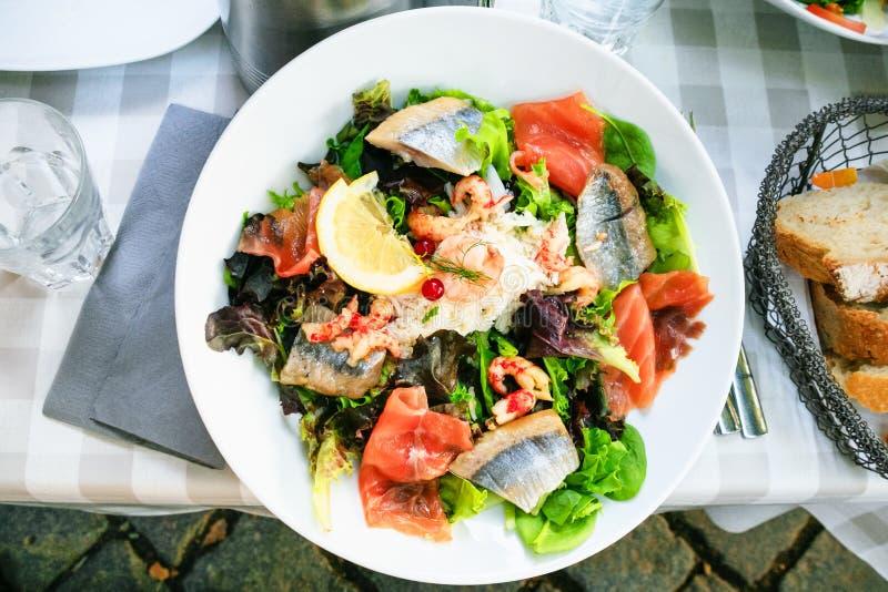 salada grande com os peixes no café exterior em Strasbourg imagens de stock
