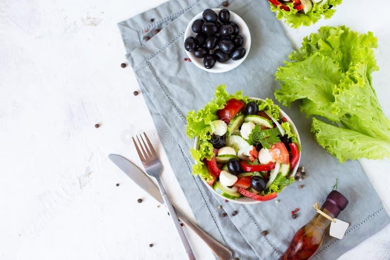 Salada grega apetitosa em uma placa em uma tabela servida foto de stock