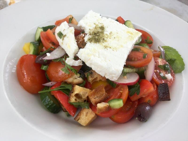Salada grega clássica Refeição fresca do vegetariano imagem de stock