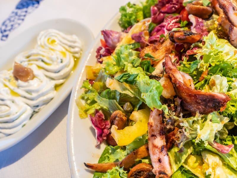 Salada grega com alimento de mar fritado e grelhado misturado imagem de stock royalty free
