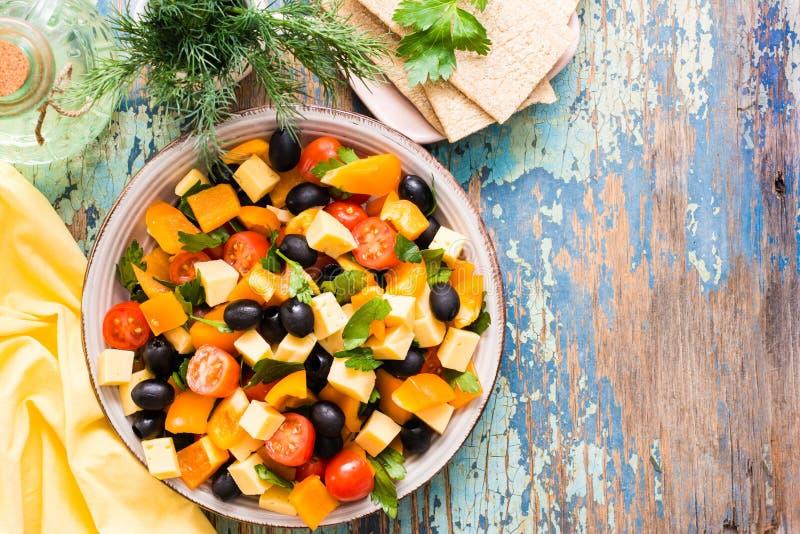Salada grega com legumes frescos em uma tabela de madeira imagem de stock royalty free