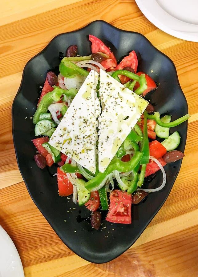 Salada grega com legumes frescos, queijo de feta e azeitonas pretas imagens de stock royalty free