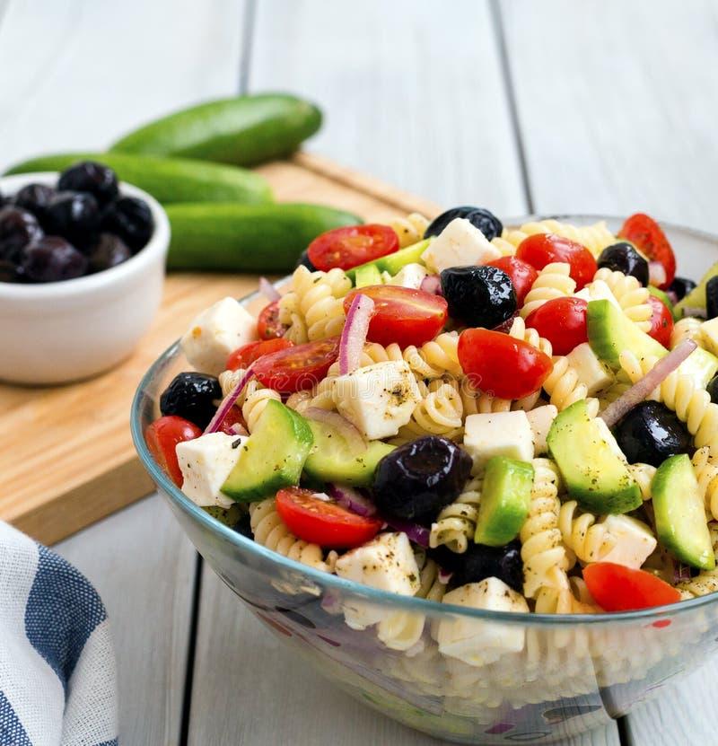 Salada grega com massa imagem de stock