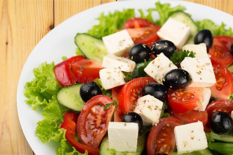 Salada grega com opinião do close-up dos legumes frescos imagem de stock
