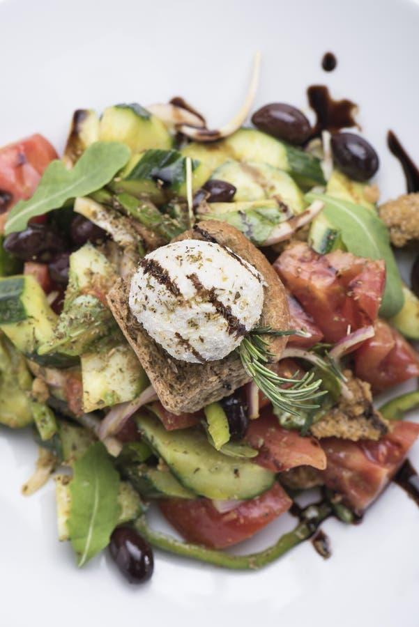 Salada grega com opinião do queijo 8top do mizithra imagem de stock