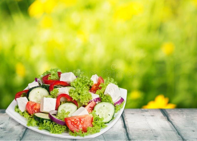 Salada grega com os legumes frescos na tabela de madeira foto de stock
