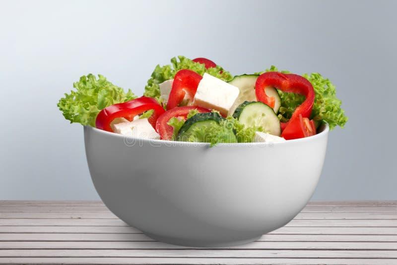 Salada grega com os legumes frescos na tabela de madeira fotografia de stock royalty free