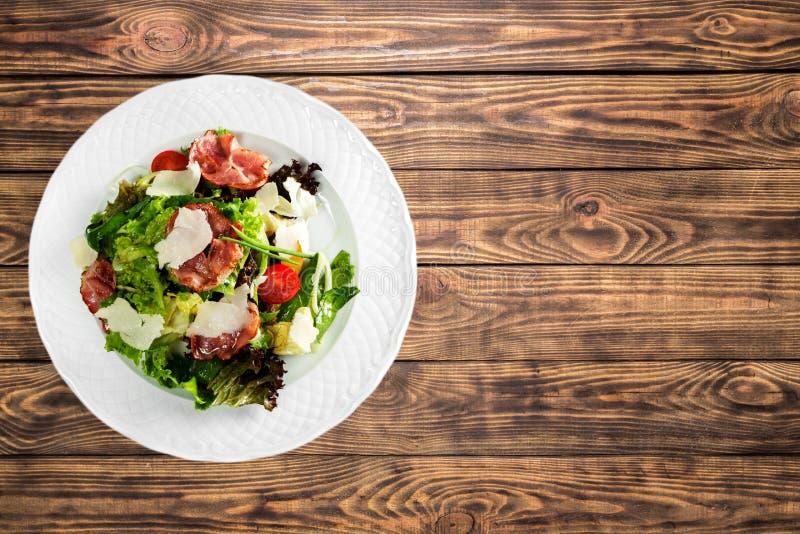 Salada grega com os legumes frescos na tabela de madeira imagem de stock royalty free